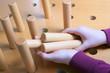 Zwei Hände mit Holzspiel