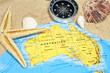 Australien mit Sand, Seestern, Kompass und Muscheln