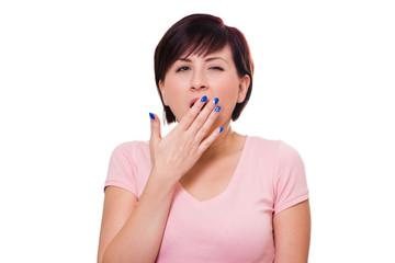 Schlaflose Frau hält sich die Hand vor dem Mund