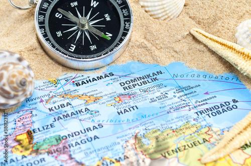 Karibik mit Sand, Seestern, Kompass und Muscheln