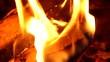 knisterndes kaminfeuer zur kalten jahreszeit