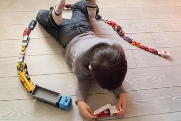 bambino che gioca con le macchinine