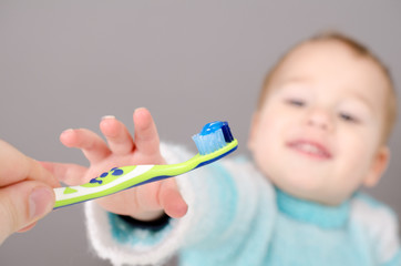 Kleiner Junge beim Zähne putzen