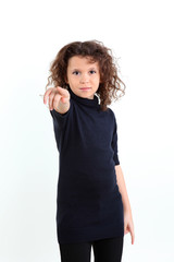 Девочка указывает пальцем