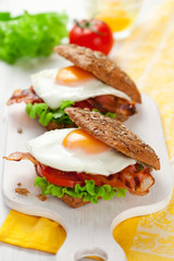 wholemeal sandwich with fried egg and bacon