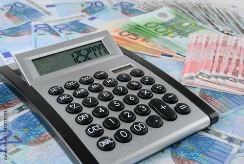 Taschenrechner auf vielen Euro-Scheinen