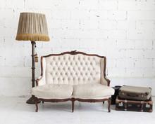 Skórzana kanapa w białym pokoju