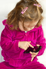 bambina che usa il cellulare