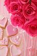 ピンクのハートのクッキーとバラ