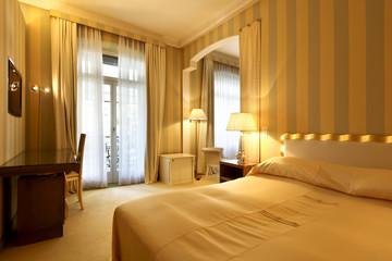 confortable hotel bedroom