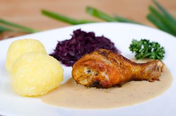 Hähnchenoberkeule mit Kartoffelklößen und Rotkohl