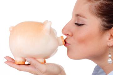 frau küsst glücksschwein