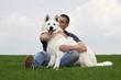 maitre embrassant son chien - berger blanc