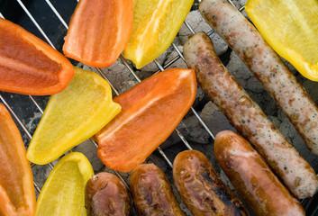 Bratwurst und Paprika auf Grill