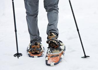 Senior beim Schnee Schuh Wandern im Winter