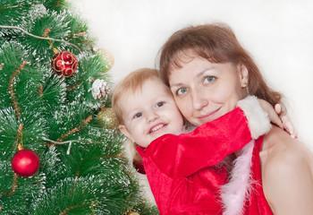 мама с дочкой возле новогодней елки