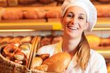 Bäckerin verkauft Brot im Korb in Bäckerei