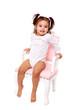 petite fille en body assise sur chaise ancienne rose