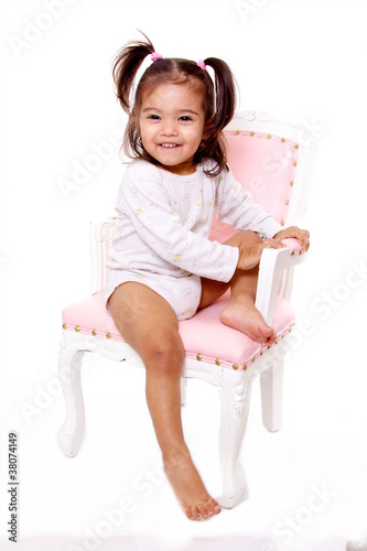 petite fille souriante sur une chaise ancienne couleur rose photo libre de droits sur la. Black Bedroom Furniture Sets. Home Design Ideas
