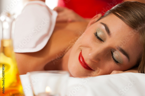 Wellness - Frau erhält Massage in Spa