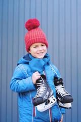 Junge geht Schlittschuhlaufen