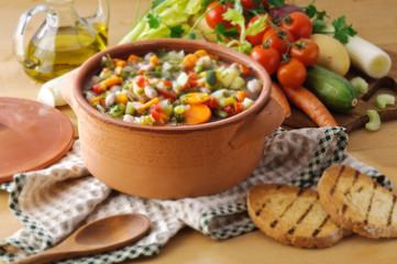 Minestrone di verdure e pane tostato
