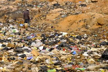 Mann durchsucht Müll nach Brauchbarem