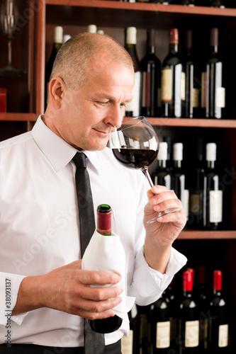 Bar kelner zapach szkła czerwonego wina restauracji