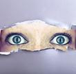 Augen starren durch Papierloch