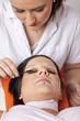 im beauty salon - Kunstwimpern werden gefärbt