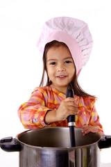 enfant qui cuisine comme un chef gastronomique
