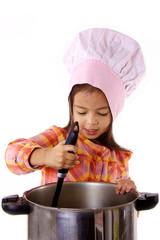 enfant qui cuisine avec chapeau de chef cuisinier