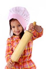 enfant prépare gâteaux avec rouleau a pâtisserie