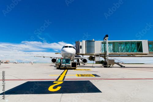 aereoplano sta caricando i passeggeri