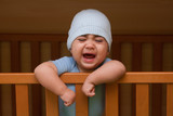 bambino che piange dentro la culla