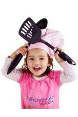 enfant avec cuillère, spatule et chapeau de chef de restaurant