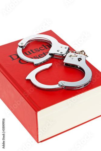 gestzbuch und Handschellen