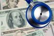 Dollar Geldscheine und Stethoskop