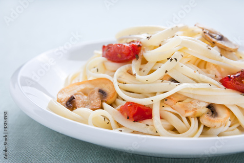 Tagliatelle sautéed with tomatoes and mushrooms