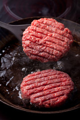 Rindfleischpatties in einer Pfanne