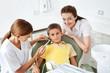 Zahnärztin behandelt Kind