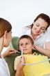 Junge mit Mutter bei Zahnärztin