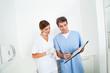 Zwei Ärzte beraten sich