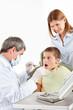 Junge beim Zahnarzt hat Angst vor Bohrer