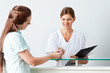 Patientin gibt Chipkarte an Ärztin