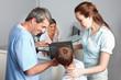 Arzt erklärt Kind ein Röntgenbild