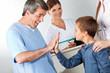 Arzt begrüßt Kind mit High Five
