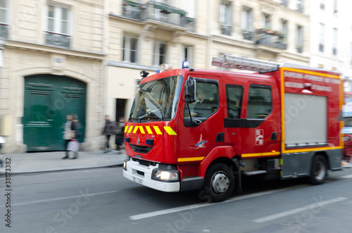 Samochód strażacki na ulicy w Paryżu, Francja