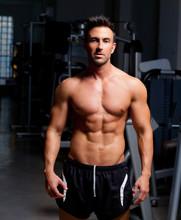 homme de muscle de fitness forme gym posant sur