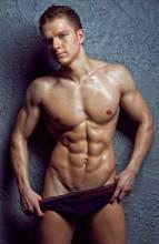 Muscular młody człowiek w sexy bieliźnie mokro